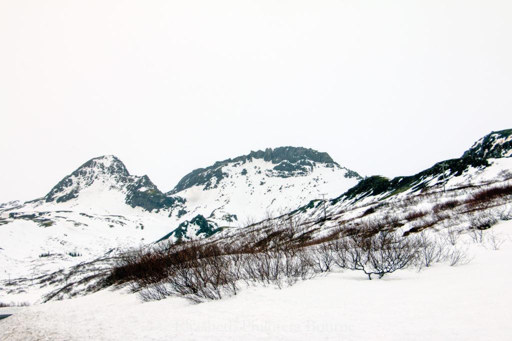 Whte sky and white mountains make haiku against winter skuy